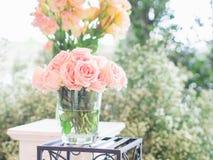 Закройте вверх по цветкам розы пинка на зеленой предпосылке в свадьбе стеклянной бутылки вазы Стоковое Изображение