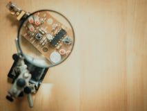 Закройте вверх по части на монтажной плате печати увеличителем с мягким focu Стоковые Фотографии RF