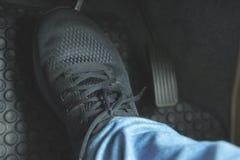 Закройте вверх по черному ботинку на педали стоковые изображения