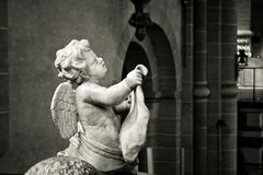 Закройте вверх по черно-белому ангела высекаенного в камень стоковые фото