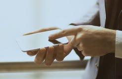 Закройте вверх по человеку используя передвижной умный телефон внешний Стоковая Фотография RF