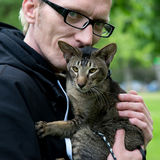 Закройте вверх по человеку портрета с котом Стоковые Фотографии RF