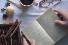 Закройте вверх по человеку читая книгу Стоковые Изображения