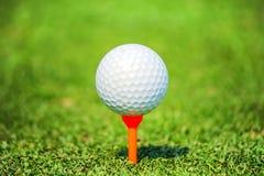 Закройте вверх по шару для игры в гольф с тройником стоковые фотографии rf