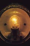 Закройте вверх по grungy накаляя электрической лампочке Стоковые Изображения RF