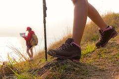Закройте вверх по hiker ботинка Молодые женщины группы hikers Стоковое Изображение
