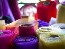 Закройте вверх по Rolls красочного материала на стойле рынка стоковое фото