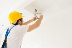 Закройте вверх проводов построителя или электрика идущих Стоковая Фотография