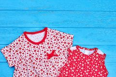 Закройте вверх простых платьев младенца хлопка Стоковая Фотография