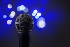 Закройте вверх профессионального микрофона при запачканная синь освещает I стоковые фотографии rf