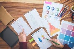 Закройте вверх профессиональной деятельности модельера и чертежа sk Стоковое Изображение