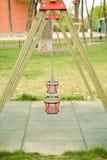 Закройте вверх пустого качания в игровой площадке детей на парке Стоковое Изображение