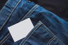Закройте вверх пустой белой визитной карточки в кармане джинсов Пустой космос стоковые изображения rf