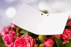 Закройте вверх пустой бирки подарка с космосом экземпляра стильного букета Стоковое Фото