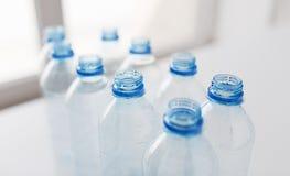 Закройте вверх пустых используемых пластичных бутылок на таблице Стоковое Фото