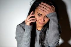 Закройте вверх плача женщины вызывая на smartphone Стоковые Изображения