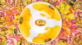 Закройте вверх плиты и красочных макаронных изделий равиоли Стоковая Фотография