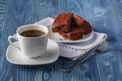 Закройте вверх плиты с стогом очень вкусного и мягкого, квадратного куска Стоковые Изображения