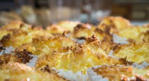 Закройте вверх плиты macaroons кокоса Стоковые Изображения RF