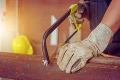 Закройте вверх работника мастера пиля стальную трубу, жулика техника стоковая фотография