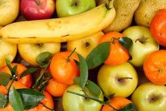 Закройте вверх различных плодоовощей, яблок, tangerines, банана Стоковые Фото