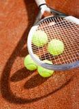 Закройте вверх ракетки и шариков тенниса Стоковая Фотография RF