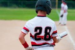 Закройте вверх ребенк бейсбола смотря вниз на летучей мыши Стоковое Фото