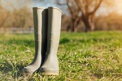 Закройте вверх резиновых ботинок в саде Стоковые Фотографии RF