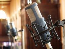 Закройте вверх ретро винтажного микрофона против Стоковые Изображения RF