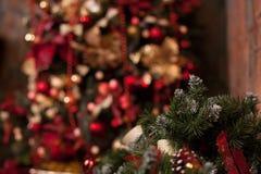 Закройте вверх рождественской елки с орнаментами безделушек, саней, светов Стоковые Фотографии RF