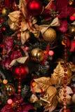 Закройте вверх рождественской елки с орнаментами безделушек, снежинок, саней, светов Стоковая Фотография