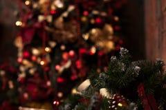 Закройте вверх рождественской елки с орнаментами безделушек, снежинок, саней, светов Стоковая Фотография RF