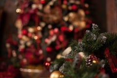 Закройте вверх рождественской елки с орнаментами безделушек, снежинок, саней, светов Стоковые Фото