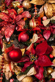 Закройте вверх рождественской елки с орнаментами безделушек, снежинок, саней, светов Стоковые Фотографии RF