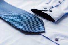 Закройте вверх рубашки и сделанной по образцу синью связи Стоковое Изображение