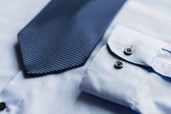Закройте вверх рубашки и сделанной по образцу синью связи Стоковое фото RF