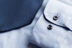 Закройте вверх рубашки и сделанной по образцу синью связи Стоковая Фотография