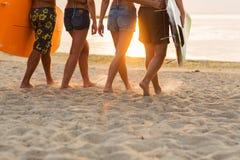 Закройте вверх друзей с surfboards на пляже Стоковое Изображение RF