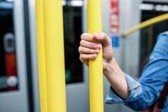 Закройте вверх, рука непознаваемой женщины в метро Стоковое фото RF