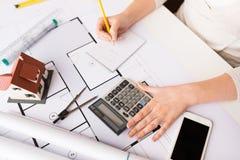 Закройте вверх руки архитектора рассчитывать калькулятор Стоковые Фото