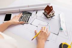 Закройте вверх руки архитектора рассчитывать калькулятор Стоковое Изображение