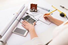 Закройте вверх руки архитектора рассчитывать калькулятор Стоковые Изображения