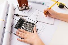 Закройте вверх руки архитектора рассчитывать калькулятор Стоковая Фотография