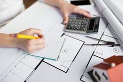 Закройте вверх руки архитектора рассчитывать калькулятор Стоковое Фото