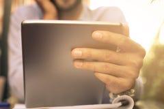 Закройте вверх руки бизнесмена используя цифровую таблетку Стоковые Изображения RF