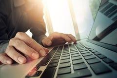 Закройте вверх руки бизнесмена работая на компьтер-книжке пустого экрана Стоковая Фотография RF