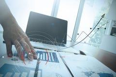 закройте вверх руки бизнесмена работая на портативном компьютере с бушелем Стоковая Фотография RF