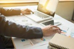 закройте вверх руки бизнесмена работая на портативном компьютере с бушелем стоковое изображение rf