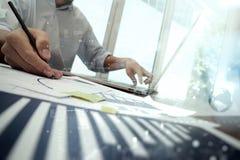 Закройте вверх руки бизнесмена работая на портативном компьютере Стоковая Фотография RF