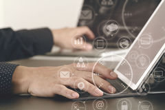 закройте вверх руки бизнесмена работая с компьтер-книжкой и цифровым doc Стоковое Изображение